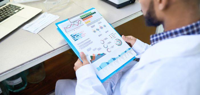 医生在看健康数据图表