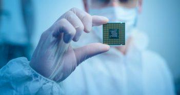 ingénieur biomédical en ppe gear holding microchip